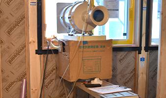 専用の機器を用い断熱性の気密レベルを計測するなど、見えない部分にも抜かりなくこだわっております